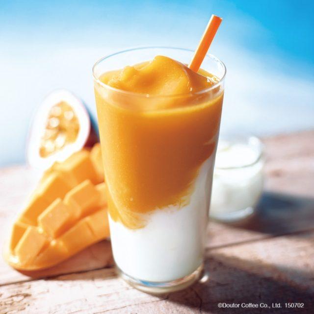 画像: 【商品名】 フローズン マンゴーパッション&ヨーグルト 【価  格】 S480円~ (税込) エクセで長年愛されている夏限定のマンゴーフローズン。 今年はマンゴーの果肉もプラスされ、濃厚感アップ! ぜひ一度お試しください。
