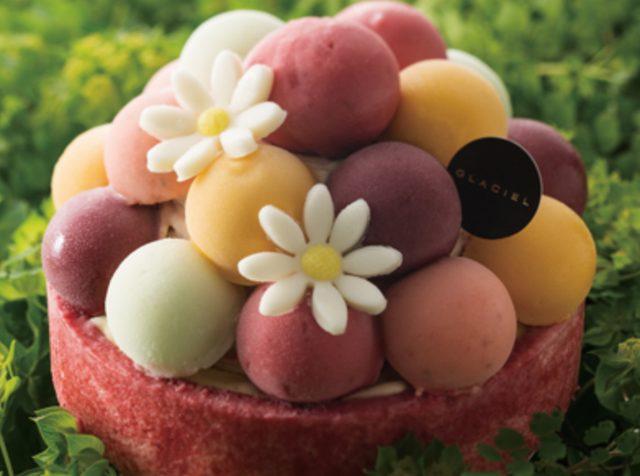 画像: 商品名:バルーンドフリュイ 価格:3,800円(税抜) フルーツたっぷりのシャーベットが心に刻む満足感と贅沢感。マンゴーやフランボワーズなど、ボール状のシャーベットはフレッシュなフルーツを濃縮したような味わい。本当に美味しくて、いくつでも食べたくなってしまいます。中身はバニラ&イチゴのマーブルアイス、バニラアイスを重ね合わせました。