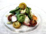 画像: タコのカルパッチョ 4種のカラフルプチトマトと夏野菜の生姜風味マリネ:980円 タコのカルパッチョと4種類のカラフルなプチトマト、夏野菜を生姜風味のさっぱりとしたドレッシングで和えた、夏らしい一皿です。