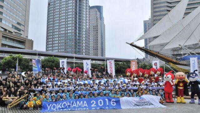 画像: 8月30日(日)に日本丸メモリアルパークにて行われたイベントに集結したのは、前大会でランナーに熱い声援を送ったパフォーマンス団体とボランティア約200名。前回第1給水にてランナーにて、ランナーを応援したアンパンマン、ばいきんまん、ドキンちゃんも駆け付け、集まった観衆にむけて、9月1日のエントリー開始をPRした。