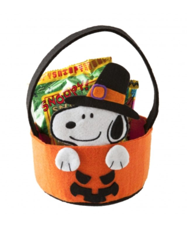 画像: スヌーピーが乗りだしているパンプキン型のバッグは、お菓子を食べ終わっても使えて便利。 スヌーピー フェルトバケツ 900円(税抜)