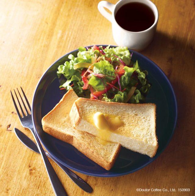 画像: 【商品名】 モーニングセット「トーストサラダプレート」 【セット価格】 480円(税込)~ 朝11時までの限定メニューに、トーストとサラダ、ドリンクという朝の定番の組み合わせが登場しました。イタリアンドレッシングを合わせたサラダには、6品目の野菜を使用しています。