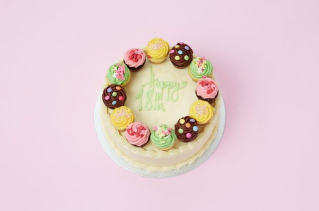 画像: パーティーにお勧めの特注デコレーションサービス ホールケーキにカップケーキを乗せたParty Cakeは特注サービスでご提供します。デザインやカラーもご希望に合わせて、あなただけのオリジナルケーキをおつくりします。見た目のかわいらしさからパーティなどでゲストに喜ばれること必至です。