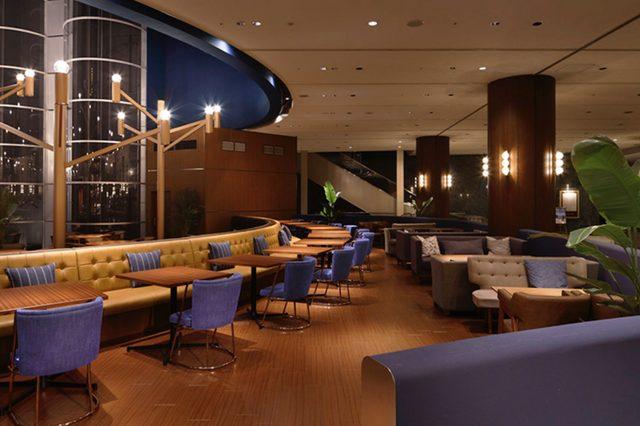 画像: ▲今年7月にオープンした「ベルラーゴ」の店内。 カフェスペース40席にはソファ席もあり、ゆったりくつろぎながらお召し上がりいただけます。