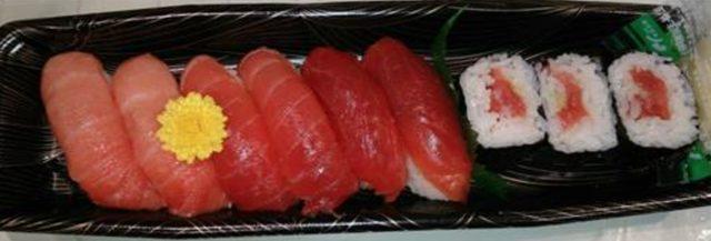 画像: 「大トロ」「中トロ」「赤身」のにぎりと「本マグロ」の巻物の寿司食べ比べセット 近大マグロづくし寿司 1,780円