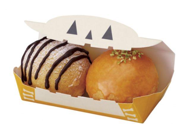 画像: ・ポン・デ・シュードーナツ パンプキン&クッキークリーム (194円) 外はさっくり、中はもっちりとした食感の生地に、パンプキンホイップを詰め、パンプキン風味のグレーズ(糖蜜)でコーティングし、パンプキンシードをトッピングした商品と、チョココーティングした細かいココアクッキーを混ぜたホイップを入れ、チョコとパウダーシュガーでデコレーションした商品の2個セット。
