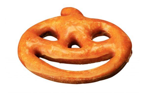 画像: ・ミスドジャックランタン パンプキンイエロー (140円) ジャックランタンをモチーフにした形に型抜きした、ザクッとしたクッキータイプの生地を、パンプキン風味のグレーズ(糖蜜)でコーティングしました。