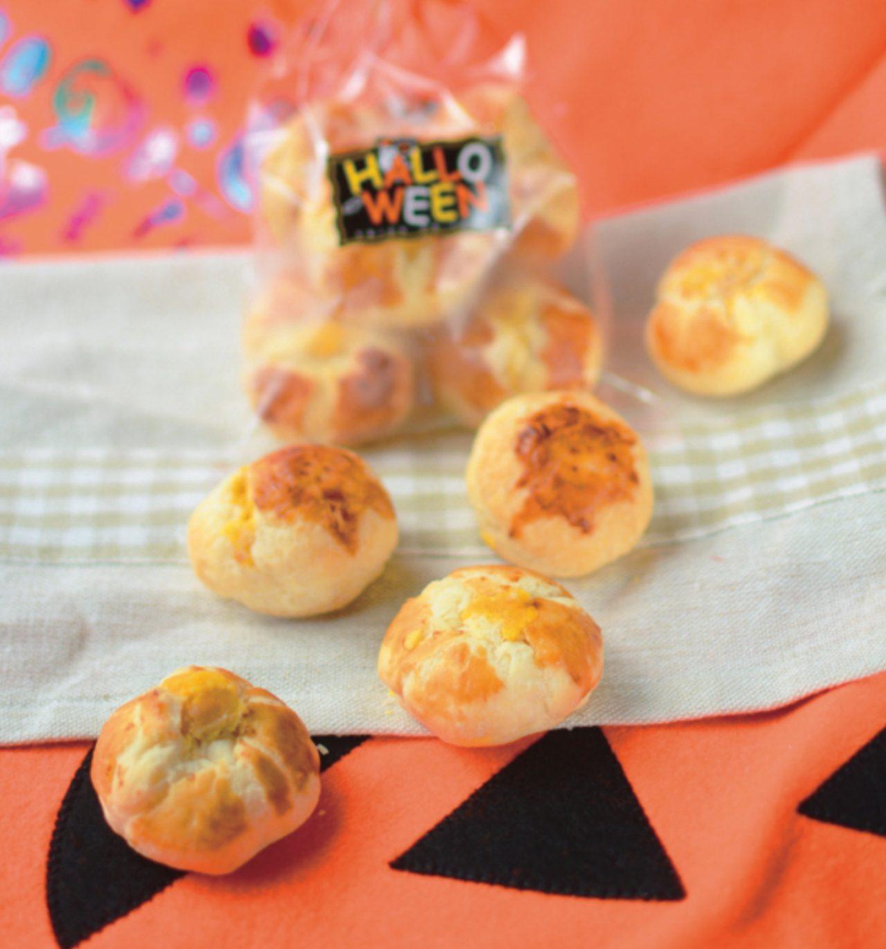 画像: <ジャック・オー・ランタンが騒ぎだす> しっとりパイの中には、たっぷりとはみ出すほどのかぼちゃ餡。まるでハロウィンにジャック・オー・ランタンが騒いでいるようなイメージです。北海道産かぼちゃを自社で蒸し上げ、ペーストにし、手間を惜しまずお作りした商品です。1袋5個入り。 価格:394円(税込)
