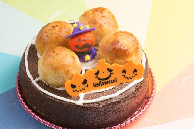 画像: <特製ハロウィンデコレーションケーキ> ふわふわのスポンジにチョコレートクリームをたっぷりぬり、生クリームで蜘蛛の巣を表現。ハロウィンの可愛らしいデコレーションをあしらいました。 価格:非売品 ※5つの商品のスタンプを貯めたお客様の中から抽選で30名様にプレゼント