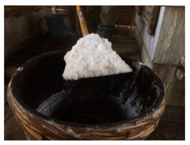 画像: 脱サラファクトリー 自凝雫塩(おのころしずくしお) 原材料は、淡路島の海水。余分なものは一切なし。私たちが求めた塩つくりの地は淡路島の五色浜にありました。じっくりと40時間ほど薪を用いて煮上げています。素材を活かす塩の味。手間をかけて作るため、1日にとれる量はごくわずか。かけた手間のかわりに、素材の味を活かす美味しい塩が出来上がります。辛さだけでない、甘み、苦みをご堪能ください。