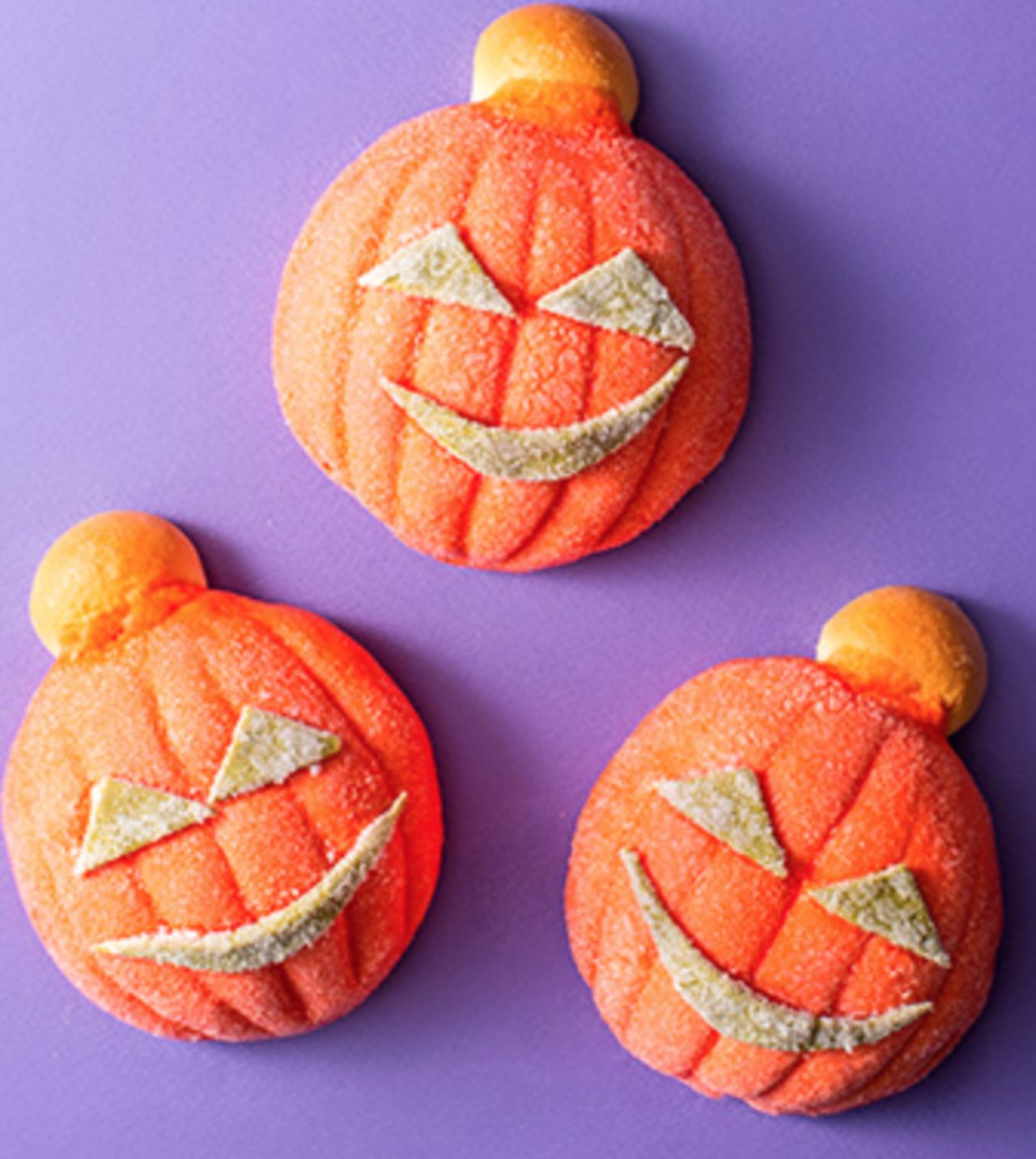 画像: (3)「ハロウィン・パンプキン」 1個 220円 ジャック・オー・ランタンをイメージして焼きあげたメロンパンです。中には、かぼちゃフィリングがはいっています。