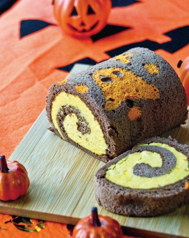 画像: <おばけの館で真夜中のパーティー> ふかふか絨毯の館でおばけたちが遊んでいる様子をイメージして作ったロールケーキ。米粉とチョコレートでできた口どけの良いスポンジはオバケを型どり、焼き上げました。北海道産かぼちゃのクリームをたっぷり包んでいます。 価格:864円(税込)