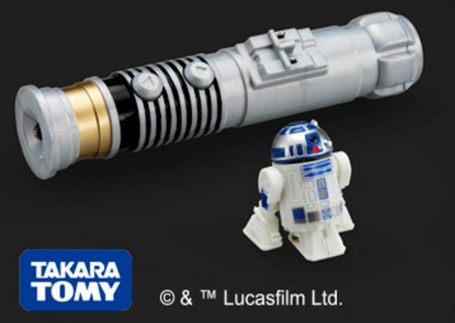 """画像: ★スイーツフォースキッズ賞(10名さま)/ タカラトミー「スター・ウォーズ ナノドロイド R2-D2」 … 人気の""""R2-D2""""をデザインした極小サイズのコントロールトイ。ライトセーバー型のコントローラーに""""R2-D2""""をセットして10秒充電すれば、約40秒間の走行が可能です。また、""""R2-D2""""は前進とターンバックの2種の動きが可能で、同時に目の部分が光り独特な音声をランダムで発するライト&サウンド機能付きです。"""