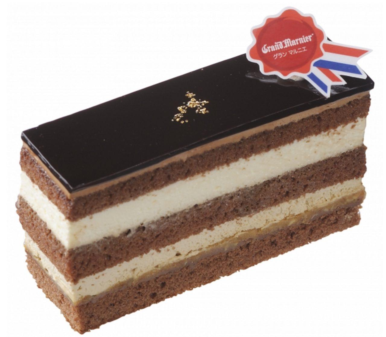 画像: 商品名:「ティラミスオペラ」 価 格: ¥480(税込¥518) 特 長: ココアスポンジでフランス産グラン マルニエ入りのコーヒーシロップとチーズ生クリーム、コーヒー生クリームをサンド。グラサージュショコラで華やかに仕上げました。ミルクチョコガナッシュとアーモンド入りホワイトチョコクランチの食感がアクセントになっています。 ※販売期間/2015年11月13日~12月10日頃