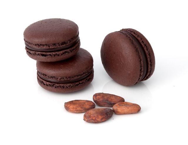 画像: リンツではマカロンのことを「デリース」と名付けていますが、バレンタイン限定のフレーバーとして、2016年は「デリース・エキストラダークチョコレート」が登場します。ひときわ重厚な色合いのシェルとカカオ分85%の濃厚なダークチョコレートのガナッシュは、ショコラティエならではの本格的な味わいのチョコレートのマカロンです。 ●デリース・エキストラダークチョコレート 価格:302円(税込) 販売開始は2016年1月8日(金)より