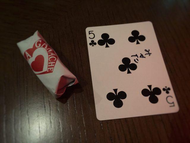 画像: こちらの写真は、YUSHIさんがカードから魔法のように出してみせた、資生堂パーラーのチョコレート。ささやかなプレゼントに見える、パーティの細やかな気遣いが嬉しい。