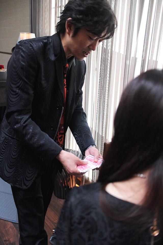 画像: プロマジシャン・YUSHIさんのマジックを間近で堪能!