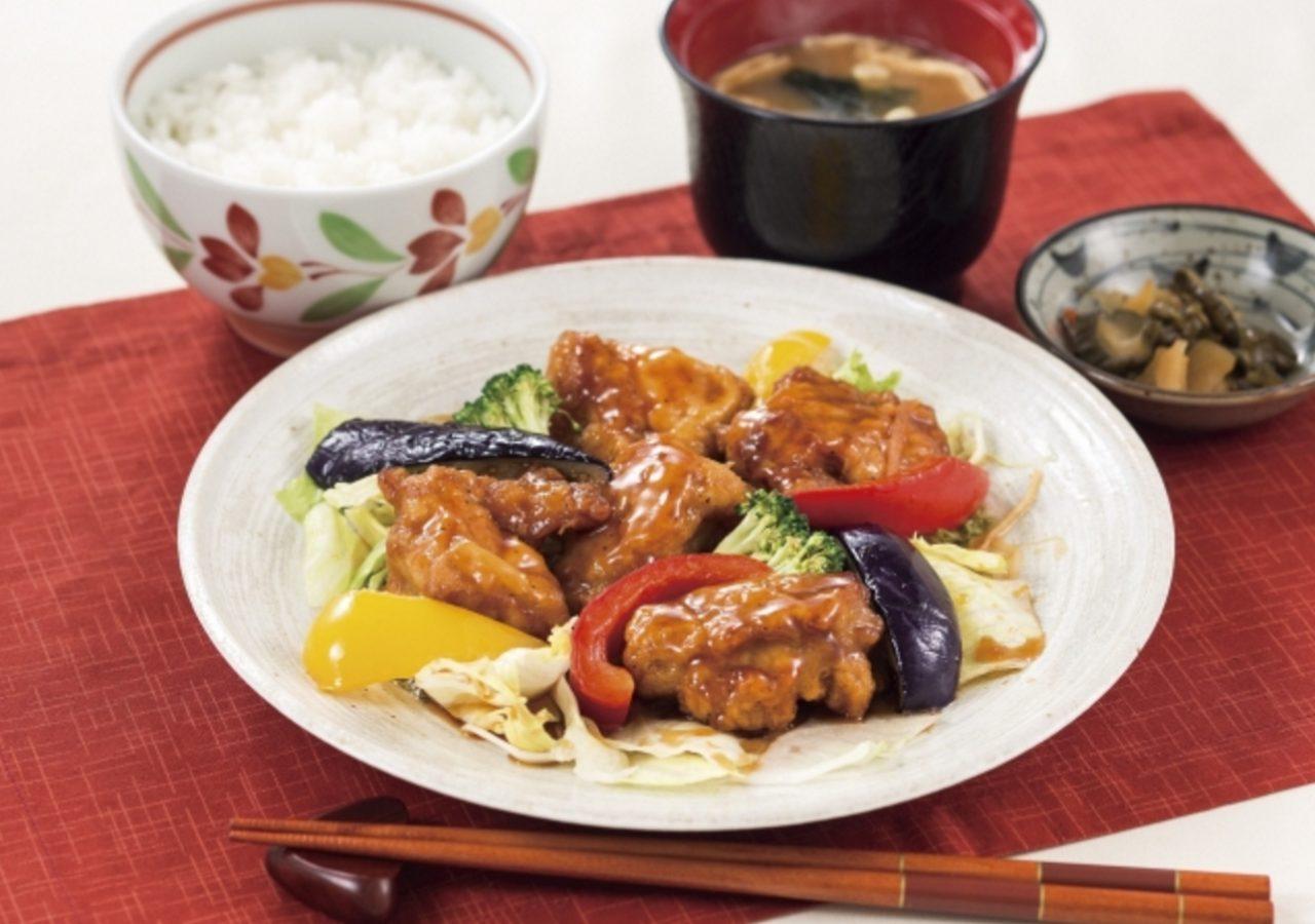 画像: 若鶏と彩り野菜の黒酢ソース定食 769円(税込830円) 若鶏のから揚げと、なす・パプリカ・ブロッコリーなどの彩り鮮やかな野菜を黒酢あんでからめました。