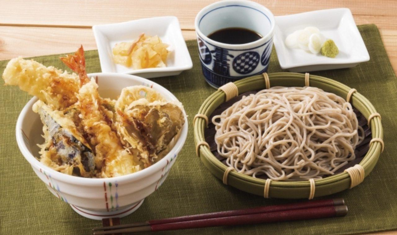 """画像: 天丼と二八蕎麦 880円(税込950円) ご注文をいただいてから揚げる「海老・いか・なす・まいたけ・れんこん」の天ぷらがのった""""天丼""""と、喉越し良く、風味豊かな""""二八蕎麦""""のセットメニュー。 天ぷらは、素材そのものの味が引き立つキャノーラ100%の植物油を使用し、カラッとサクッと揚げます。 蕎麦粉を8割使用した二八蕎麦は、「風味の良い石臼挽き蕎麦粉」「喉越しと透明感・歯切れの良い蕎麦粉」「香りを引き立てる外層部を使用した蕎麦粉」の3種類をブレンド。蕎麦の風味が充実し、食感にもこだわりました。 ボリューム満点、食べごたえのある一品です。"""