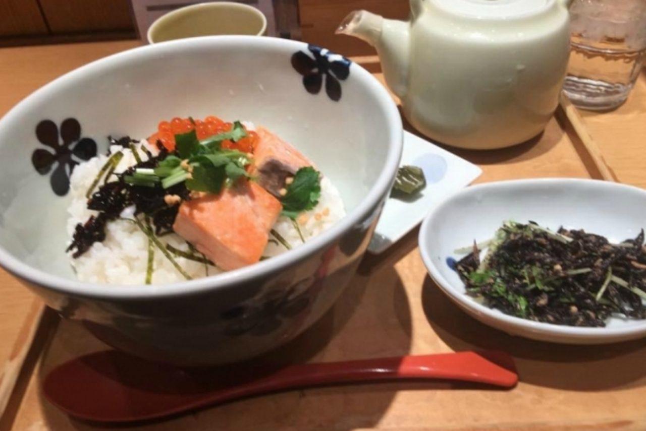 画像: 和食のファストフードとして、だし茶漬けを提供。昆布に鰹節、醤油など、素材にとことんこだわった出汁と、海鮮や野菜を中心とした具材がマッチ。軽いお茶漬けは出国前、帰国時のどちらも人気。「帰国するとかなりの確率で食べてます。ちょうどよい軽さでするする食べれます」「日本出発前の最後の日本食にピッタリです。出発後に2時間程で機内食が出るので、それも美味しく頂くにはお茶漬けは消化が良いです」などのコメントが寄せられています。