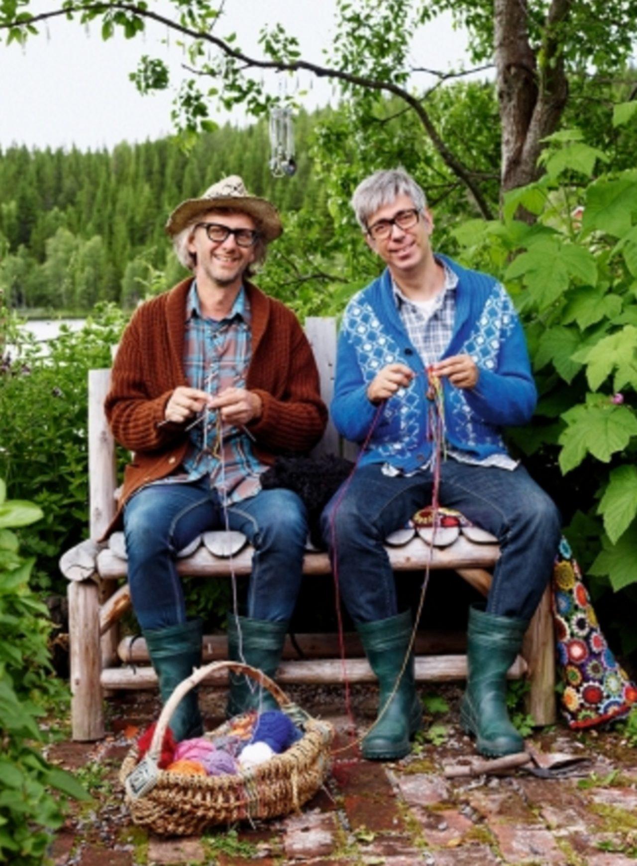 画像: ノルウェー人のアルネ(Arne Nerjordet)とスウェーデン人のカルロス(Carlos Zachrison)が出会い、2002年に誕生したデザイン・デュオ。オスロの北180kmにあるヴァルドレス地方トンスオーセンのかつての駅舎にアトリエを構え、創作活動を行っている。ノルウェーの伝統的なニットやスカンジナビア民俗アート、そして自然からインスピレーションを得たモチーフを融合させたデザインが特徴的で、北欧をはじめ欧米で高い人気を博している。2008年にはコム・デ・ギャルソンとのコラボレーションにより日本でも限定商品が販売され、話題となった。その後、モードの世界を離れ、2010年に『クリスマスボール(Julekuler)』を上梓。この本がノルウェーでベストセラーとなり、編み物ブームの火付け役となった。2012年12月、2013年10月に来日し、東京、京都、大阪でワークショップ等を開催。2014年4月には日本ホビーショーにゲストとして招聘され、5月には東北ツアーを行なった。これまでに日本語翻訳書籍として『北欧のガーデンニット』『アルネ&カルロスのあみ人形』が日本ヴォーグ社から出版されている。
