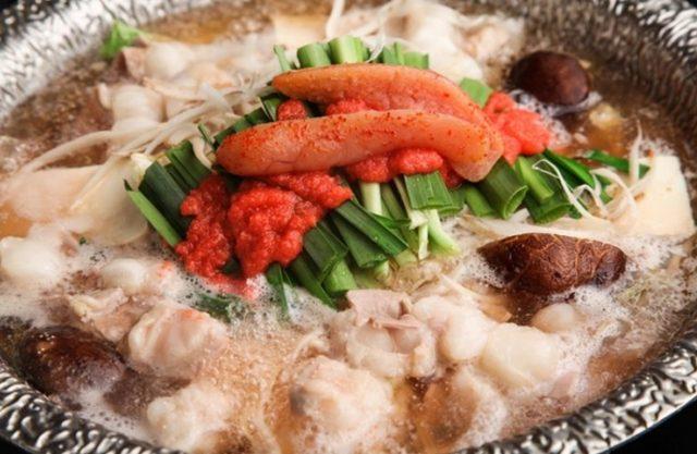 画像: 丸の明太子とペースト状の明太子の両方が入り、辛みと旨味が存分に味わえる明太子鍋。しいたけやえのきなどの野菜もたっぷり加え、ヘルシーなもつ鍋に仕上げました。 【取り扱い店舗】 ■蒸し屋清郎 渋谷/渋谷区神南1-20-16 高山ランドビルB2 03-3770-5741 http://r.gnavi.co.jp/g600154/