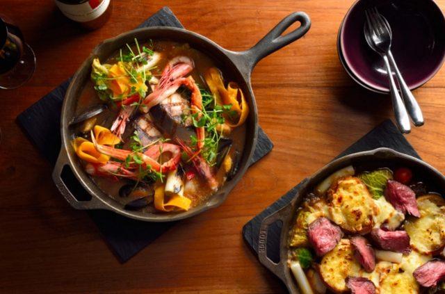 画像: ウィンターホットポット ~MENU~ ●ズワイガニと寒ブリのブイヤベース風みぞれ鍋コース(写真 左上) 旬の魚貝、野菜をふんだんに使った旨みたっぷりのだしに、おろし大根を乗せ、さっぱりとした味わいをお楽しみください。 ♢アミューズ ♢サラダ: シーザーサラダ パルマ産生ハム添え ♢ホットポット: ズワイガニと寒ブリのブイヤベース風みぞれ鍋 ブイヤベーススープ/ズワイガニ/寒ブリ/ムール貝/甘エビ/おろし大根/長ネギ/サボイキャベツ/カブ/さといも/豆苗/金美人参など ♢パスタ、またはリゾット(ホットポットでお楽しみいただきます。) ♢デザート: フルーツソルベ 又は 特製デザート盛り合わせ(+¥500) ●オニオングラタン牛煮込み鍋コース(写真 右下) とろとろのオニオンにブイヨン、牛すね肉を煮込んだスープ、旬の野菜とトッポギを加え、仕上げにチーズ3種、バゲット、ロゼに焼いたアンガスビーフをトッピング。 ♢アミューズ ♢サラダ: キングプラウンとアボカドのサラダ ♢ホットポット: オニオングラタン牛煮込み鍋 オニオンスープ/アンガスビーフ/国産牛すね/芽キャベツ/チェリートマト/サボイキャベツ/さといも/トッポギ/バゲット(モッツァレラ、エメンタール、パルメザンチーズ) ♢パスタ、またはリゾット(ホットポットでお楽しみいただきます。) ♢デザート: フルーツソルベ 又は 特製デザート盛り合わせ(+¥500)