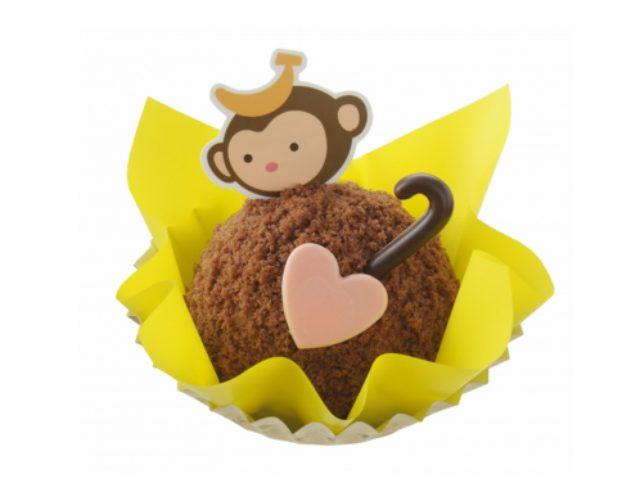 画像: 商品名:「おさるのしっぽ」 価 格: ¥500(税込¥540) 特 長: 新年の干支「さる」をイメージしてつくった縁起スイーツ。ココアスポンジの上にチョコレートムースとバナナクリームをのせて、モコモコのココアスポンジクラムで仕上げました。チョコのしっぽがとってもキュート!
