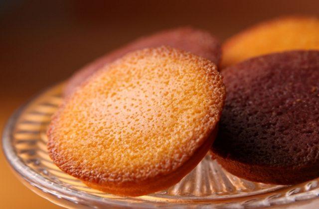 画像: フルーツフィナンシェ バターが香るベーシックなフィナンシェに、甘酸っぱくて元気になる果実、「オレンジ」と「ブルーベリー」を練り込んだ 2 種のアソートです。 6 個入 1,080 円 (税込) 12 個入 2,160 円 (税込)