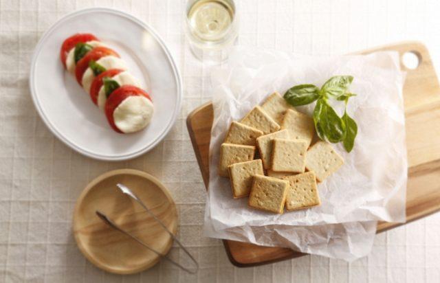 画像: バジルトマト&モッツァレラクッキー 爽やかなバジルトマトのクッキー生地で、イタリア産トマトとモッツァレラチーズのチョコプレートをサンドしました。 10 枚入 842 円 (税込)