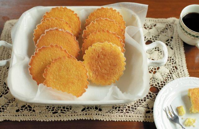 画像: マドレーヌ 発酵バターを使用。バニラを効かせ香りよく仕上げました。しっとり感と程よい食感です。 1 個 216 円 (税込) 6 個入 1,296 円 (税込)