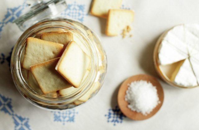 画像: ソルト&カマンベールクッキー 北海道産牛乳とフランス産ゲランドの塩を使った生地に、カマンベールチーズのチョコプレートをサンドしたクッキーです。 10 枚入 756 円 (税込) 20 枚入 1,512 円 (税込)