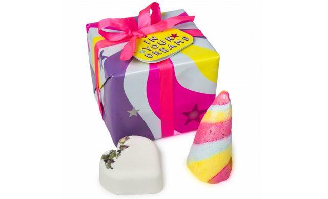 画像: イン ユア ドリームス / IN YOUR DREAMS      ¥1,890 Contains… ユニコーンホーン(バブルバー)、愛ラブユー(バスボム) 夢の中にいるようなバスタイムを満喫できるバレンタイン限定ギフト。 不思議なパワーを持つと信じられているユニコーンの角をイメージしたバブルバーはパステルカラーのマーブルが美しいデザイン。ふわふわの泡にプラスチックフリーのラメがほのかに輝きを与えてくれます。 バラの優雅な香り漂うバスボム「愛ラブユー」はバラのつぼみがバスタブに浮かぶロマンチックなバスボム。 ボックスは、魔法に満ちたユニコーンの角からインスピレーションを受けた夢のあるデザイン。 ライトの下でラッピングペーパーが光ります。 リボンは、ラッシュ製品のクリアボトルをリサイクルして作られた100%リサイクルリボンを使用しています。