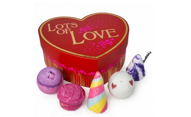 画像: ロッツ オブ ラブ / LOTS OF LOVE  ¥5,250 Contains… ラバーランプ(バスボム)、セクシー・ダイナマイト(バスボム)、フレンチ・キス(バブルバー)、マカロンバブルバー ローズジャム(バブルバー)、ユニコーンホーン(バブルバー) ※1月31日(日)より限定販売 真っ赤な大きなハートが愛の大きさを表現してくれるバレンタインにぴったりのギフト。限定のアイテムと定番人気アイテムを組み合わせ、恋人たちの愛を確かめ合うロマンチックなバスアイテムを詰め込みました。シンプルだけど真っ直ぐなメッセージ「Lots of love(たくさんの愛)」が付いたパッケージはリユースも楽しみのひとつ。エッセンシャルオイルの香りがほのかに漂うボックスに、二人の思い出の品や宝物を詰め込んでみては。