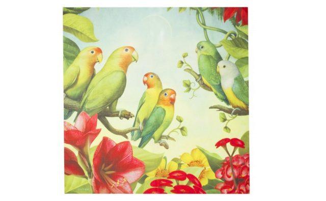 画像: ラブバーズ オブ アフリカ /LOVE BIRDS OF AFRICA  ¥500 Contains… ノットラップ(70cm×70cm) タンザニア、マダガスカル、ナミブ砂漠に生息する3カップルのLove Birds(インコなどの、パートナーへの愛情が深い鳥を表します)が描かれています。再生プラスチックボトルから作られたノットラップは、何度でも使えるエコなラッピングです。ノットラップを製作するには、ペットボトルを洗浄し、粉砕します。その粉砕したものを溶かし、細い紡糸口金から押し出して、プラスチックを糸にします。なじみやすいさらっとした生地で、エコバックにしたり、ファッションの一部に取り入れたりとマルチに使えるアイテムです。