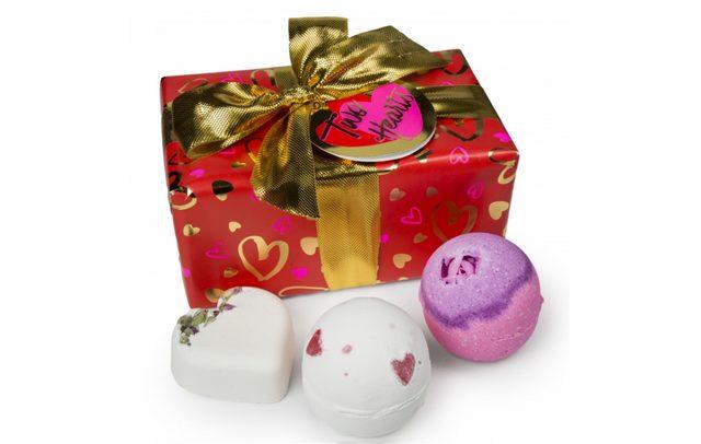 画像: トゥーハーツ / TWO HEARTS  ¥2,500 Contains… 愛ラブユー(バスボム)、ラバーランプ(バスボム)、セクシー・ダイナマイト(バスボム) ※2月11日(木・祝)より限定販売 ハートのアイテムと魅力的な香りでバスタイムを彩る愛が溢れるギフトセット。バレンタイン限定アイテムの「ラバーランプ」は、赤いハートが浮かぶロマンチックなバスボム。ブラジリアンオレンジオイルやバニラの香りをバスルームいっぱいに広げながら、オーガニックシアバターが肌に優しく潤いを与えます。「セクシー・ダイナマイト」はイランイランの香りがセクシーな魅力を引き出してくれる人気のバスボム。愛する二人のバレンタインムードを盛り上げてくれるバスアイテムで愛を確かめ合ってみては。