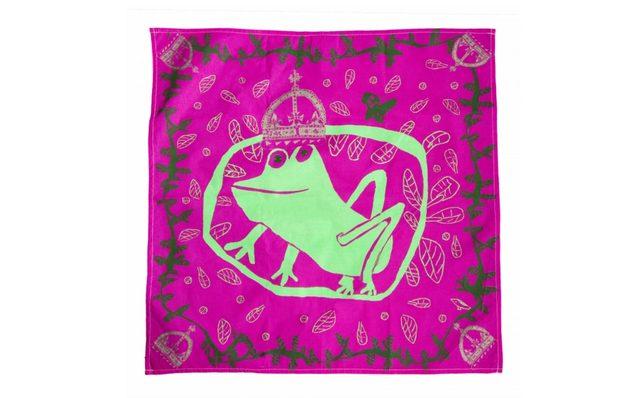画像: キス ア フュー フロッグス/ KISS A FEW FROGS  ¥500 Contains… ノットラップ(70cm×70cm) グリム童話『カエルの王様』のように王冠をかぶった愛くるしいカエルの姿が描かれたバレンタイン限定デザインのノットラップが登場。幸せを呼び込んでくれるようなハッピーなデザインで、恋する季節にぴったり。100%オーガニックコットン素材のこちらのノットラップは、インドのマイソールで2009年に設立された RE-WRAPによるもの。職人の技術向上だけでなく、経済的に恵まれない女性が縫製のスキルを身につける支援を行い、彼らが公正な賃金を獲得できるようにしました。幸せがいっぱい詰まったエシカルな風呂敷KNOT WRAPでバレンタインにたくさんの愛を。