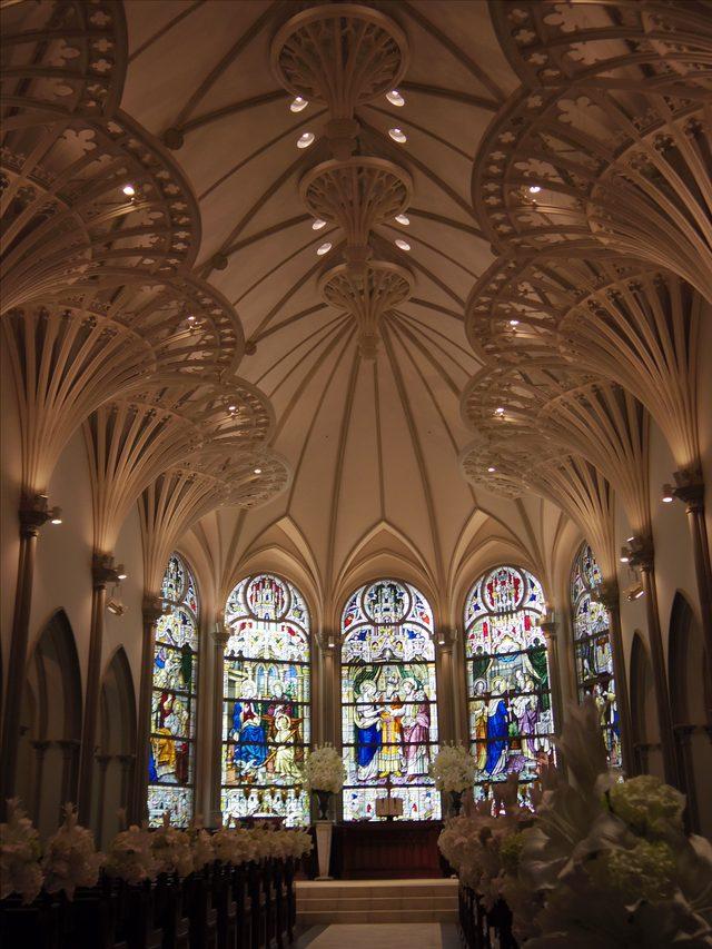 画像: 中へ入ると鮮やかなステンドグラスが目に飛び込む。