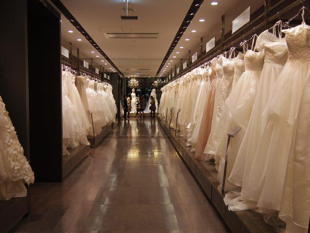 画像: 右も左もドレスで思わず目移り。