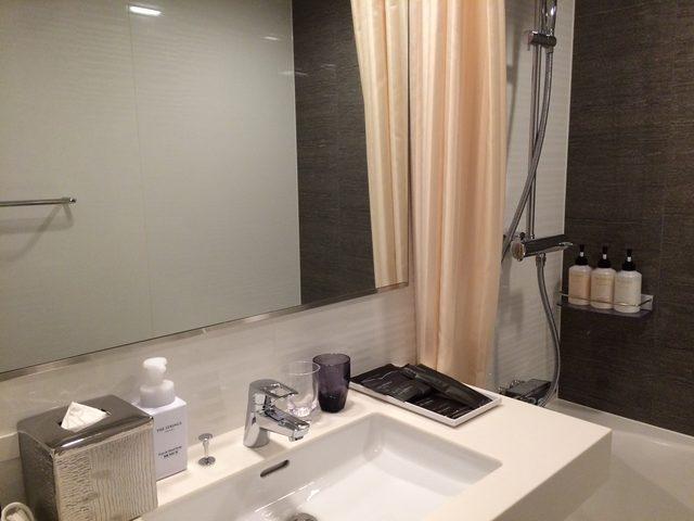 画像: バスルームには美肌・保湿効果のあるナノ水やワンランクのレインシャワーを完備。