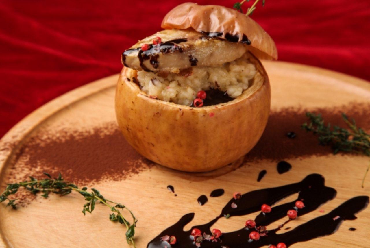 画像: <チョコレート×フォアグラ> ・焼きりんごとフォアグラのリゾット〜チョコソースと共に〜1680円 りんごを丸ごと1個使用したフルーティなリゾットにフォアグラをトッピング。 ほろ苦いチョコレートソースとの意外な組み合わせをお楽しみ下さい。 r.gnavi.co.jp