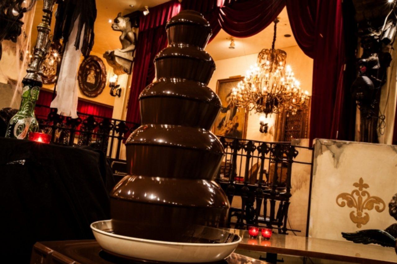 画像: チョコレートファウンテン 680円+税/1名様 巨大なチョコレートファウンテンは圧巻!