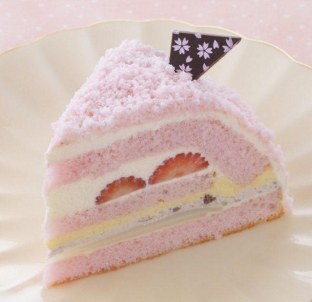 画像: 商品名:「さくらのケーキ」 価 格: ¥380(税込¥410) 特 長: 桜風味のスポンジに桜風味生クリームをサンドした、桜がほのかに香る春のケーキ。もちもち食感の 求肥や粒あん入り生クリームなど、和の素材でまとめました。 2016年2月15日~終了日未定