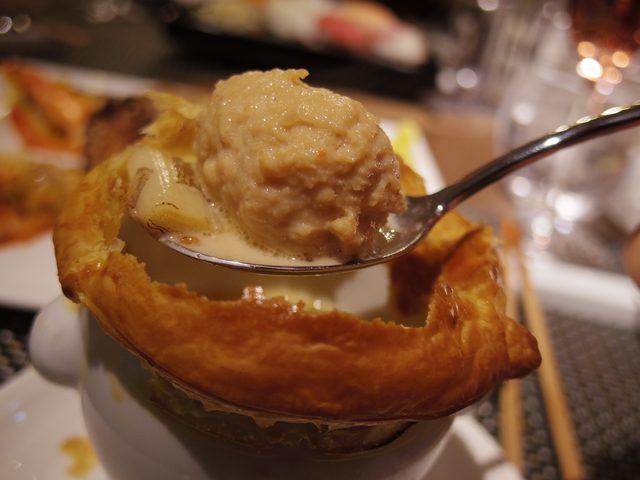 画像: 香ばしいパイの蓋をさくっと割ると、中から旨味たっぷりの名古屋コーチンのつくねが。