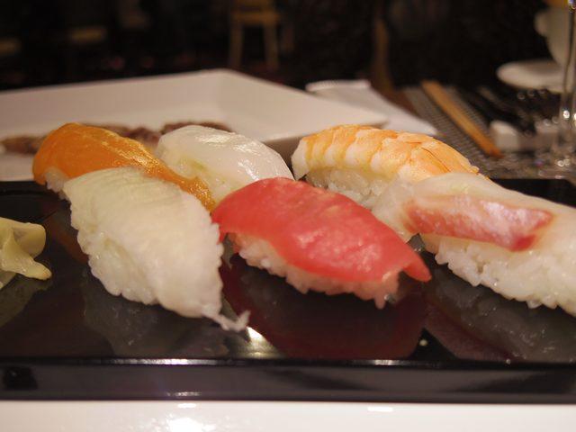 画像: オーダーが入るたび、その場で握っていただけるお寿司。