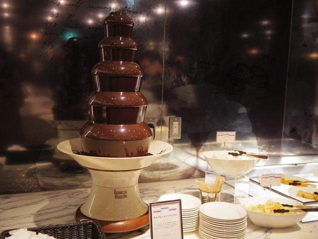 画像: ついやりたくなってしまう、チョコレートファウンテン