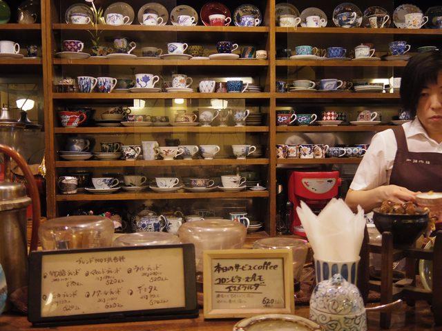 画像: いろいろなカップ&ソーサーが並んでます www.coffee-story.co.jp