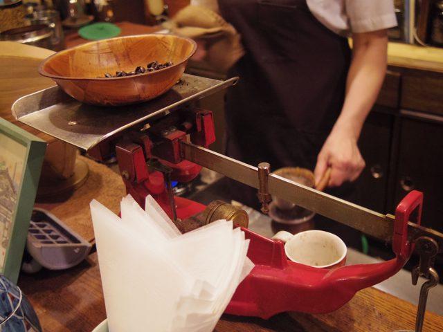 画像: 豆を測って...