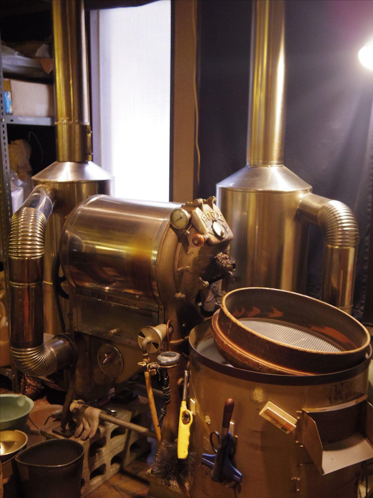 画像: 店内の焙煎機で自家焙煎しています。 www.coffee-story.co.jp
