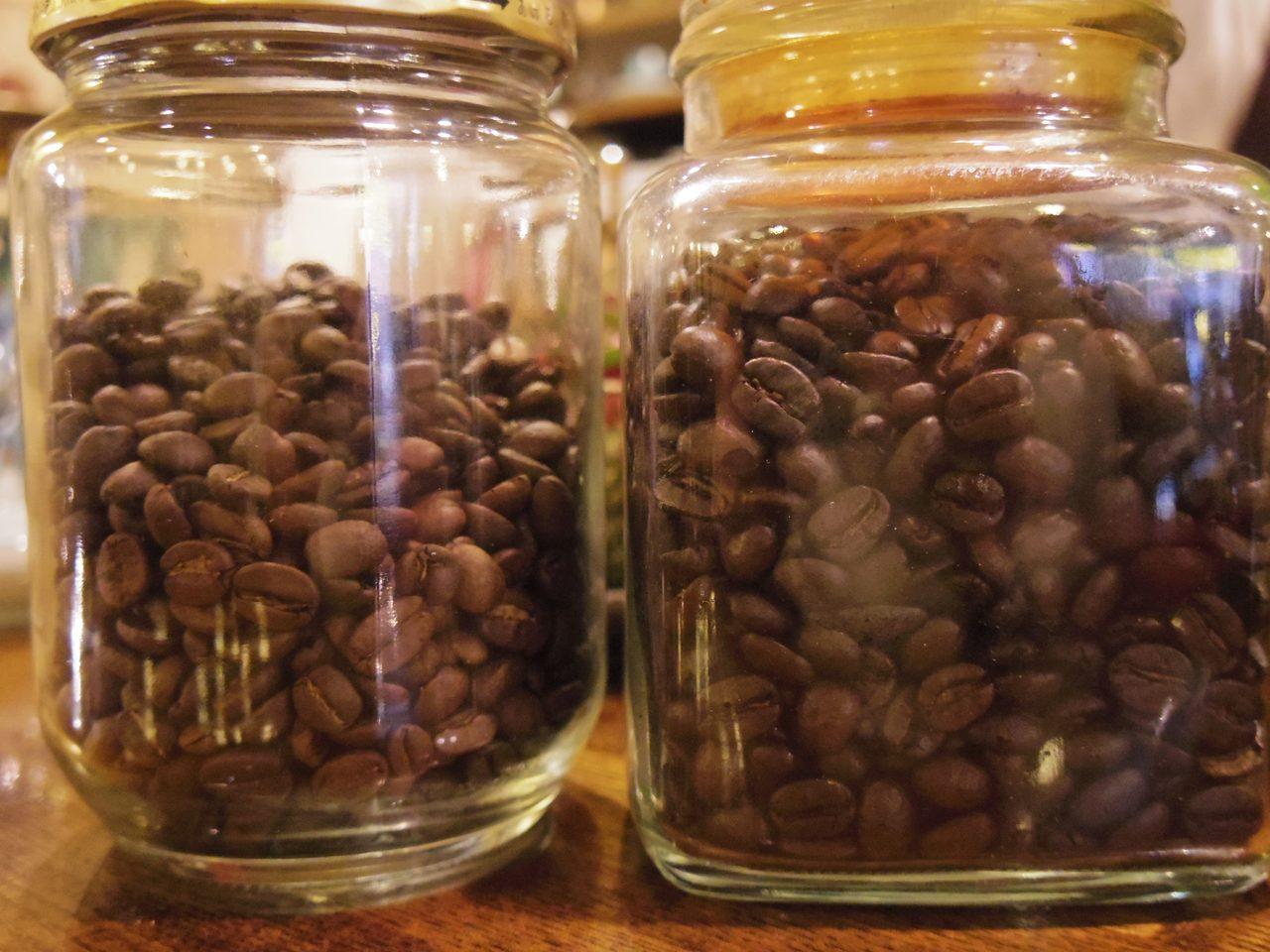 画像: 左:浅煎り  右:深煎り 微妙に色合いが違います。 www.coffee-story.co.jp